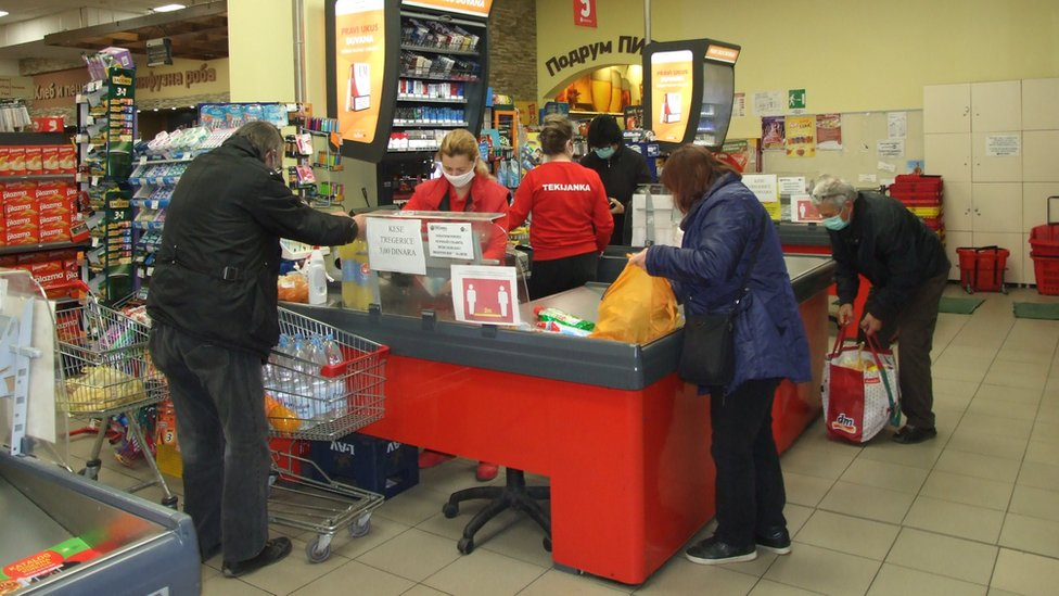 Penzioneri tokom kupovine u ranim jutarnjim časovima
