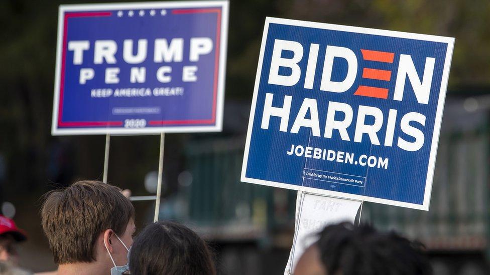 Carteles a favor de ambas candidaturas en las elecciones de EE.UU. 2020