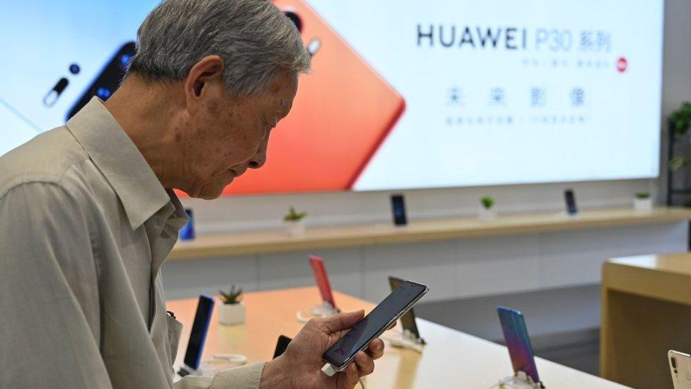 Cliente en una tienda de Huawei.