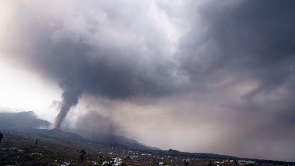 Columna de humo del volcán Cumbre Vieja en La Palma.