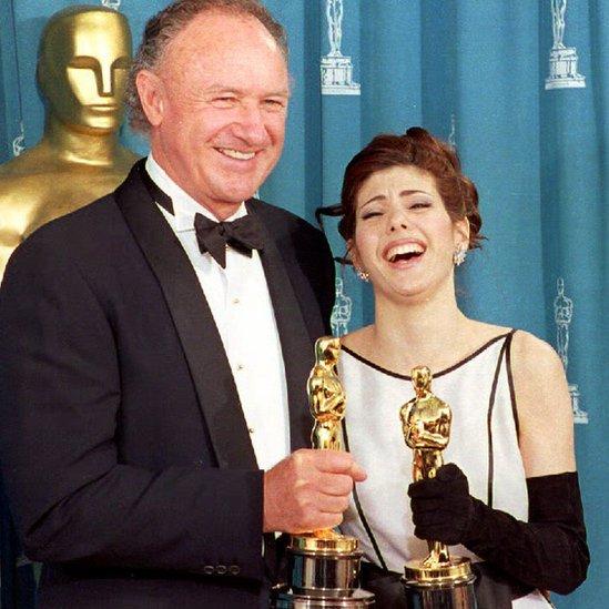 Marisa Tomei (der.) posa con Gene Hackman como ganadores de mejores actores de reparto.