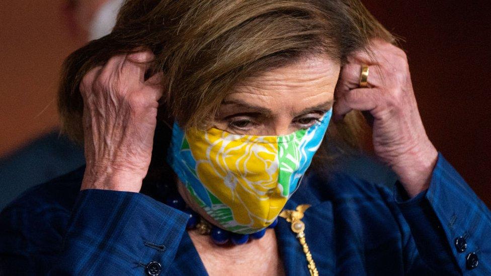 Nancy Pelosi utilizando mascarilla