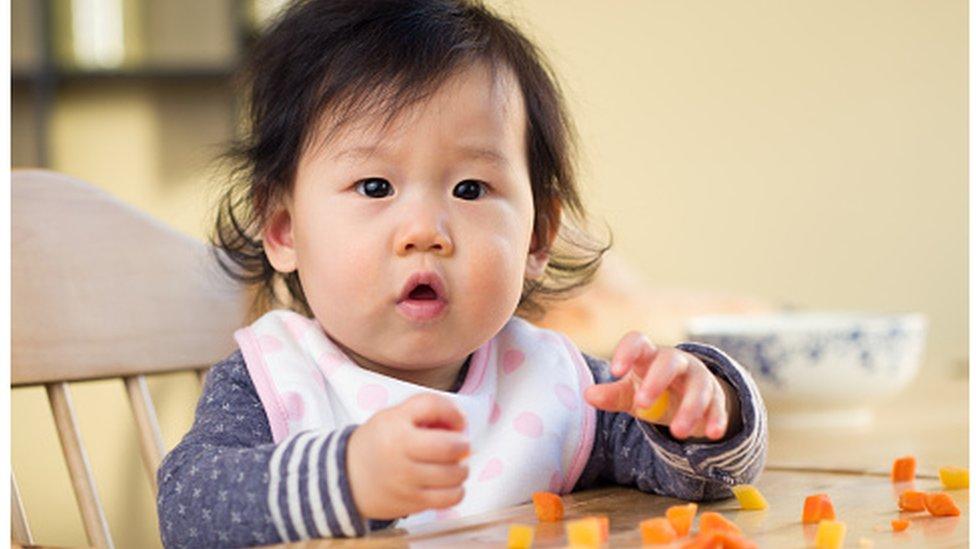 Katı mama yiyen bir bebek