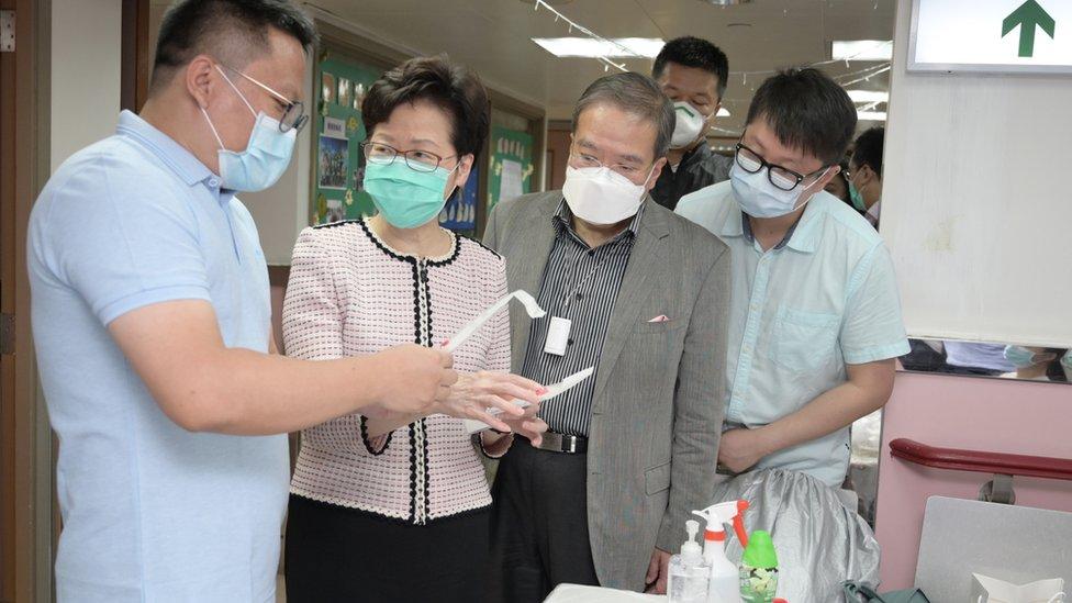 林鄭月娥(左二)視察華大基因公司在香港九龍慈雲山一家養老院內採集新冠病毒檢測樣本情況(香港特區政府新聞處發放圖片14/7/2020)