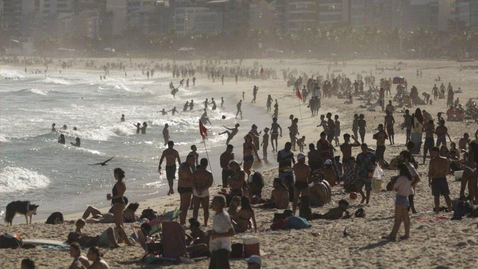 Praia cheia no Rio de Janeiro