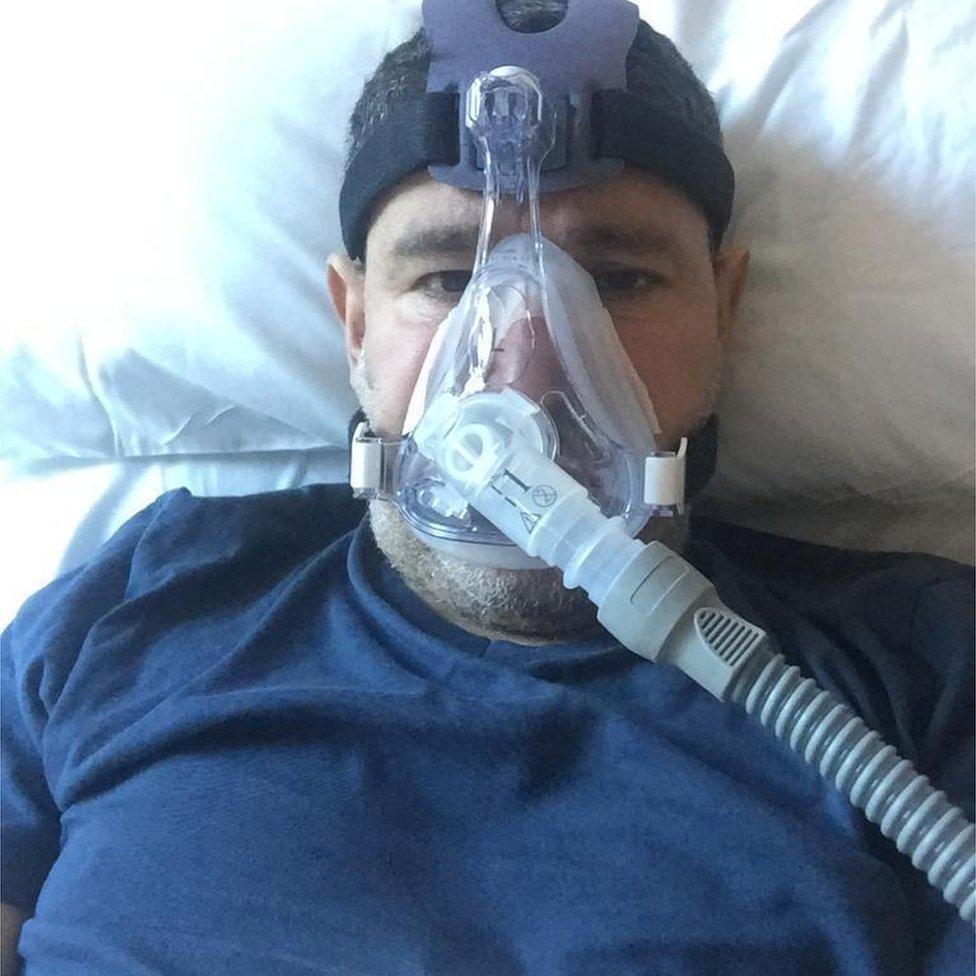 Abderrahmane Fadil con una máscara de oxígeno.