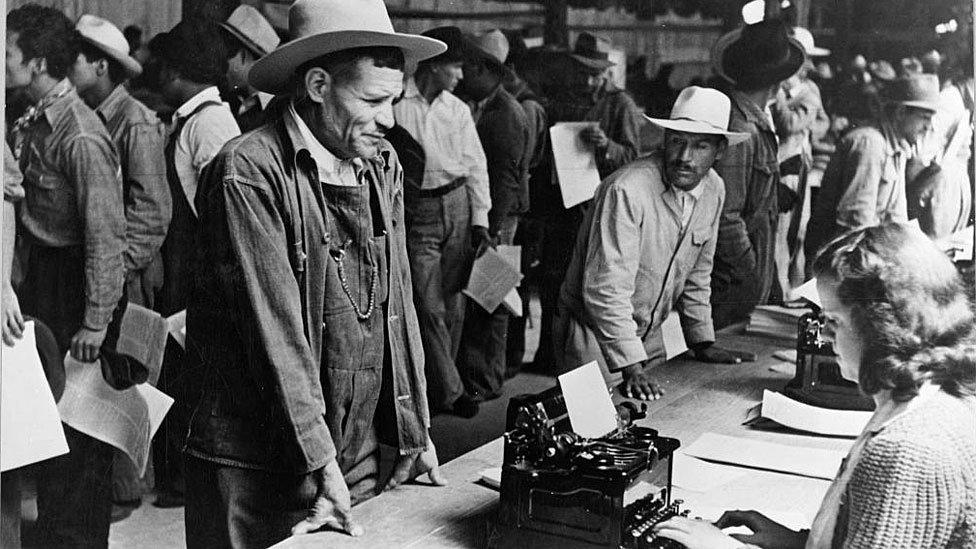 Trabajadores agrícolas mexicanos hacen fila para registrarse para trabajar en los Estados Unidos, a través del programa Bracero, parte del Acuerdo de Trabajo Agrícola Mexicano.