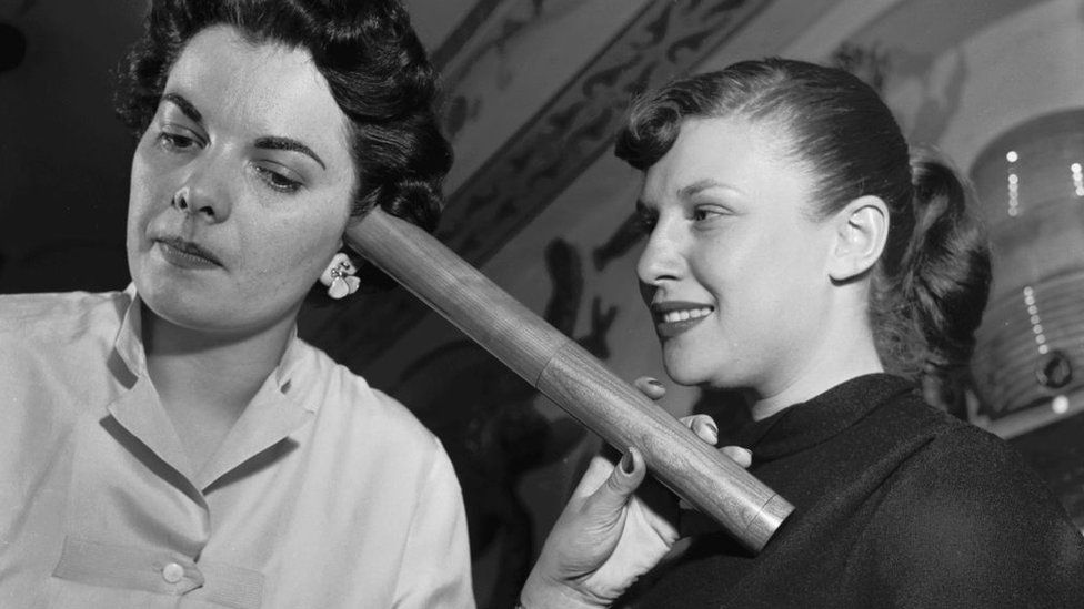 mujeres en 1955 usando un estetoscopio fabricado entre 1816 y 1819
