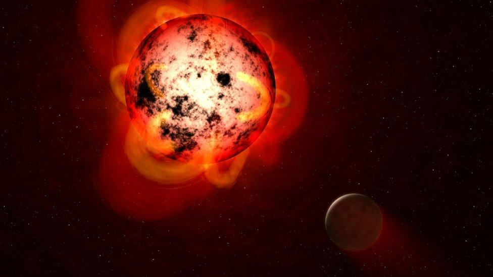 Estrella enana roja rodeada de uno de sus exoplanetas