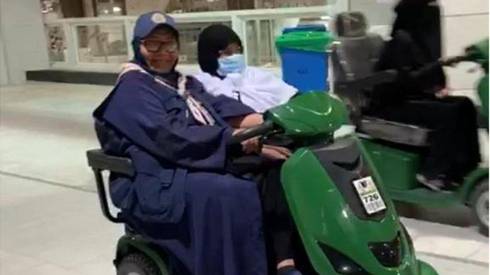 شادية مسؤولة مع فريقها عن السيدات كبيرات السن في الحرم المكي