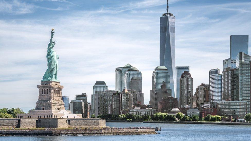 Estatua de la Libertad y el nuevo World Trade Center, en Nueva York.