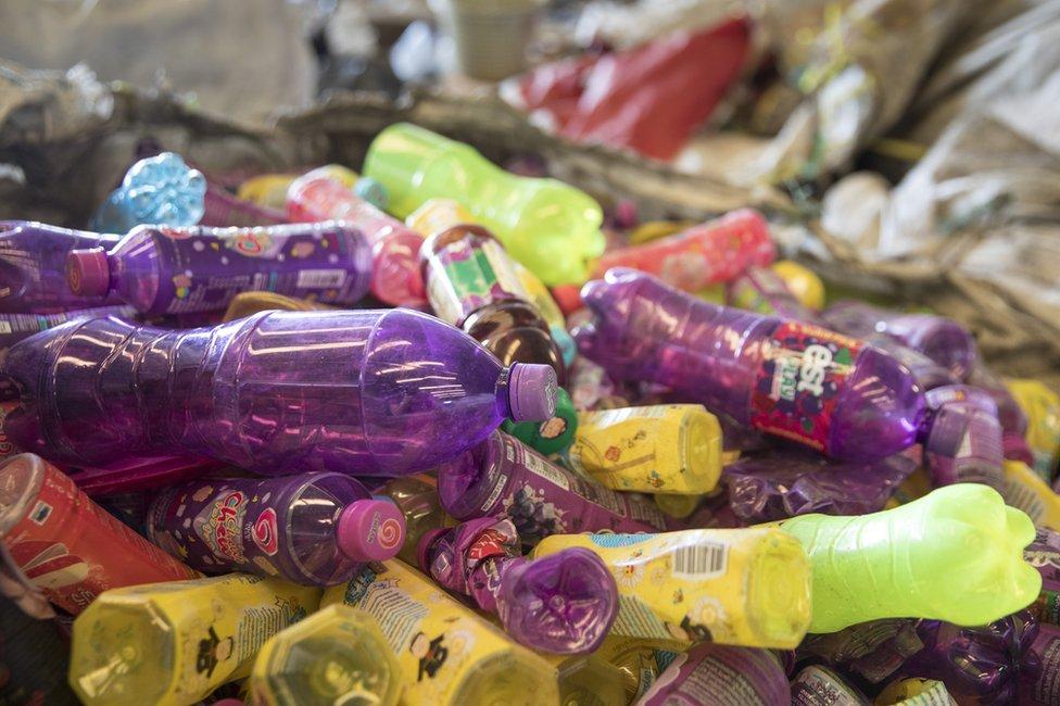 Aunque la enzima logró descomponer el plástico en pocos días, aún se necesita acelerar ese proceso para que sea económicamente viable.