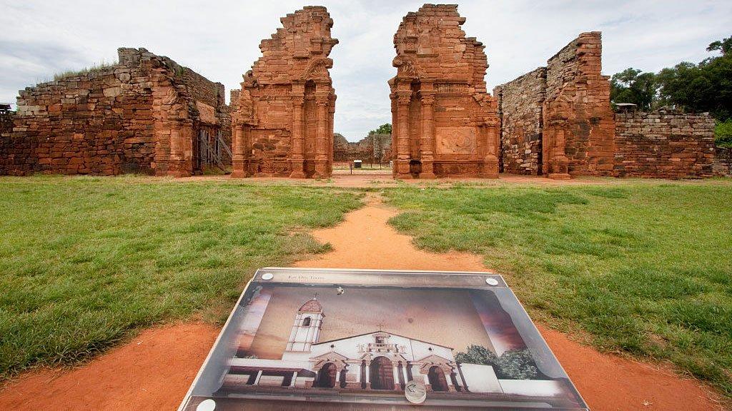 Ruinas de la misión jesuita guaraní de San Ignacio Mini que fueron despejados de la selva, San Ignacio, Misiones, Argentina