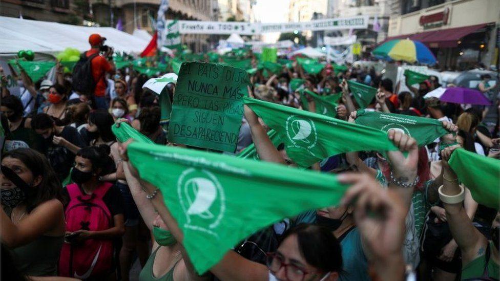 Mujeres en Argentina muestran sus pañuelos verdes
