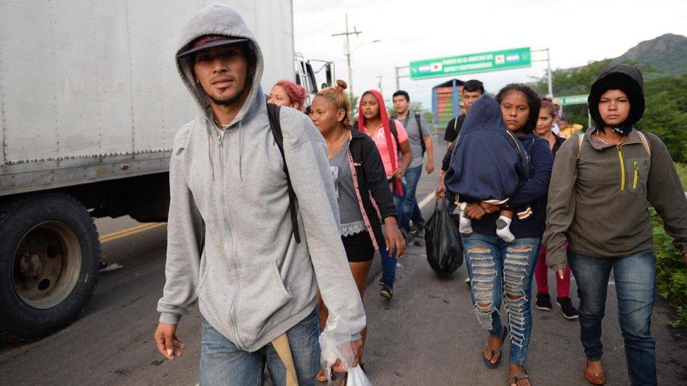 Hondureños llegando a la frontera El Amatillo.