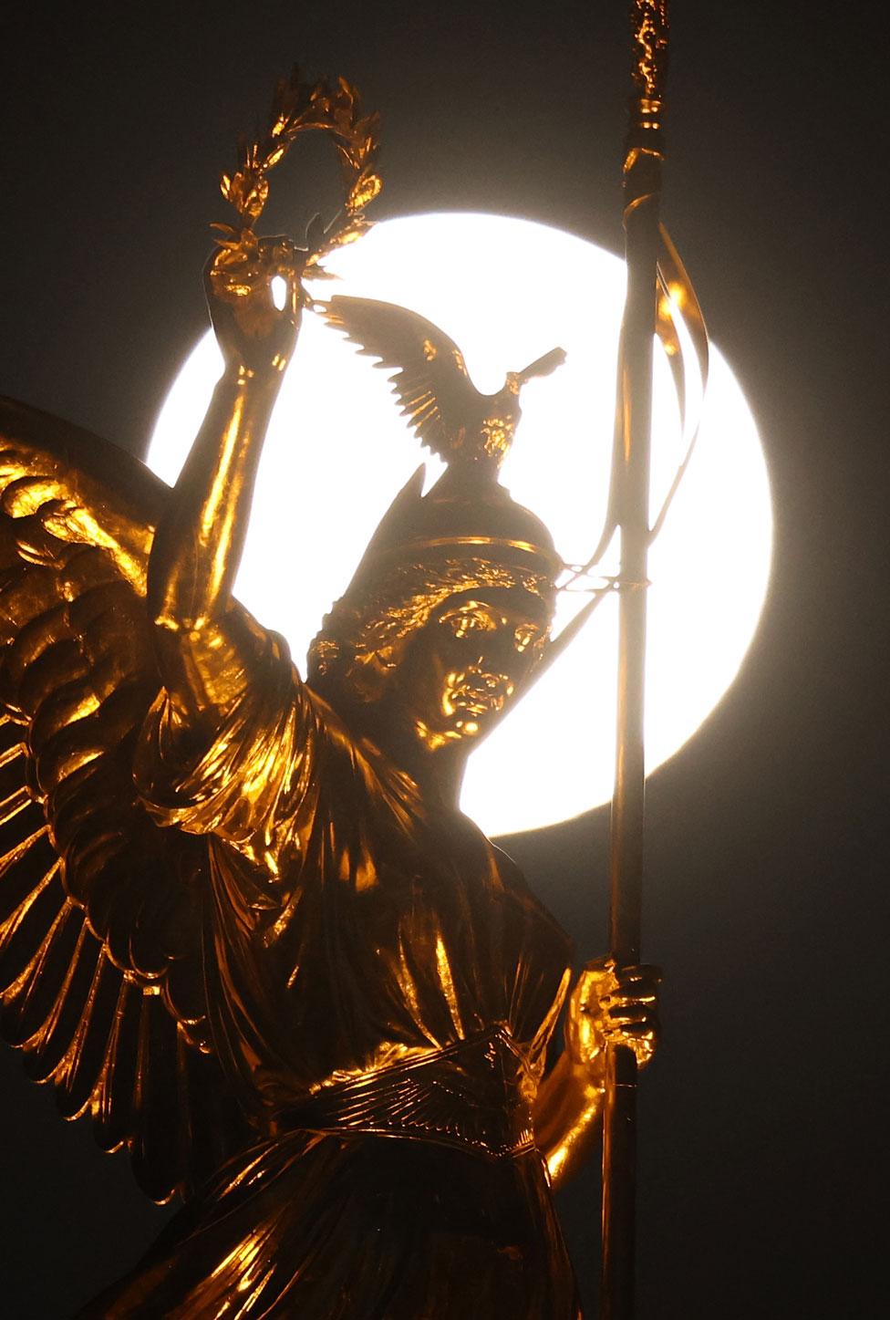 التمثال الذهبي لفكتوريا