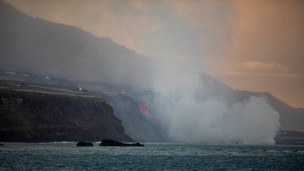 Las cascadas de lava derramadas por el volcán de La Palma llegan hasta el océano Atlántico