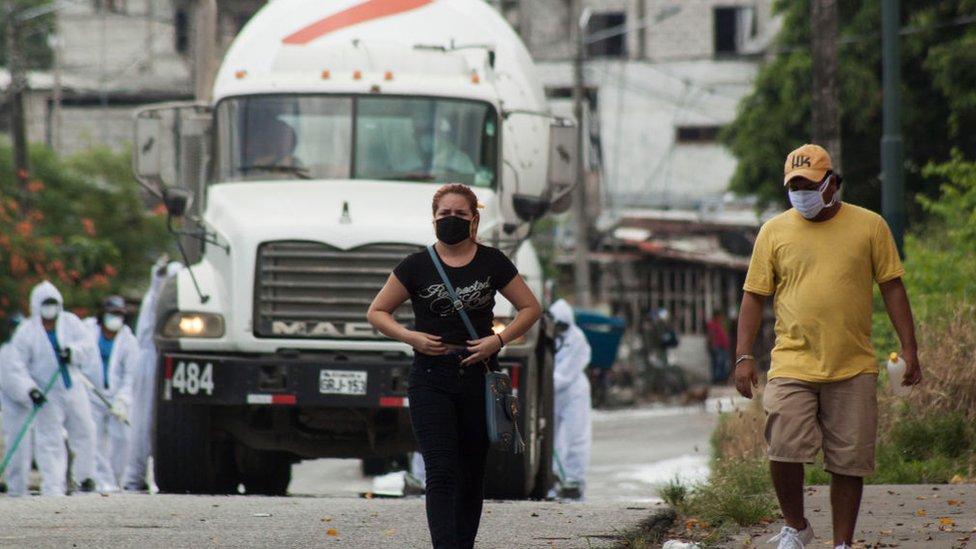 Personas caminando en Ecuador