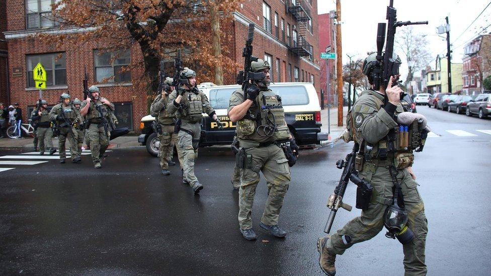 Policías armados en Jersey City.