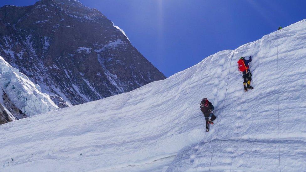 Підкорення Евересту: двоє українців занедужали на спуску