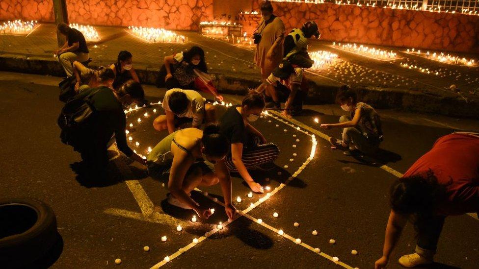 Familiares de las víctimas de covid encienden velas frente al Ministerio de Salud en Asunción, Paraguay