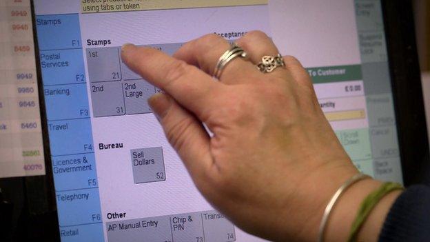 一位郵政局職員操作地平線終端機(資料圖片)