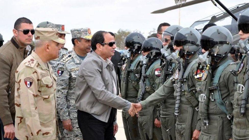 السيسي خلال تفقده قوات من الجيش غربي مصر. (صورة أرشيفية)