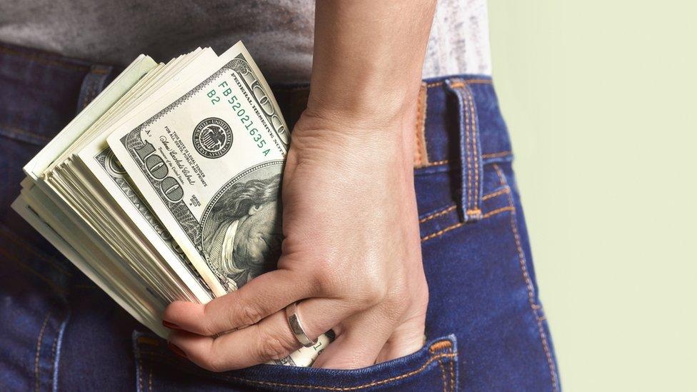 Persona con dinero en el bolsillo