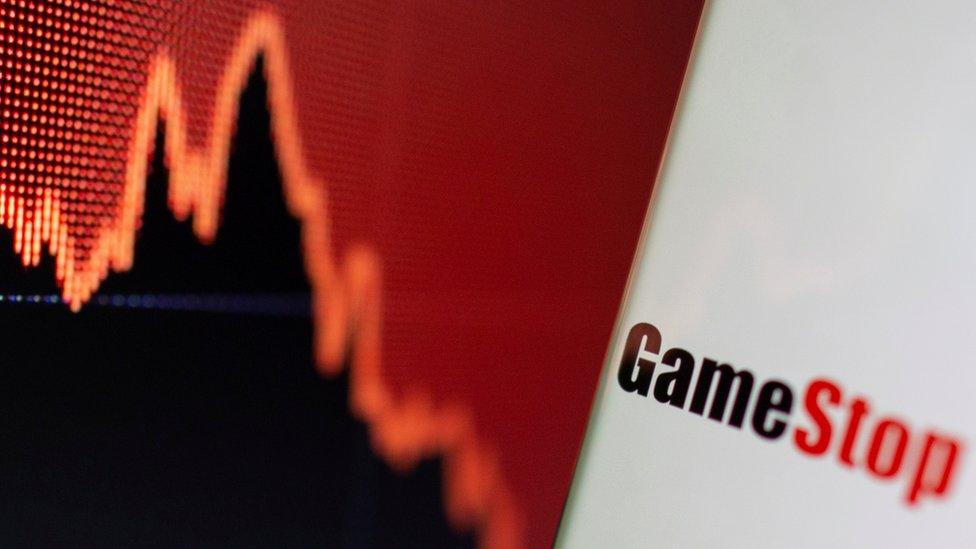 Combinación del logo de GameStop con una curva financiera