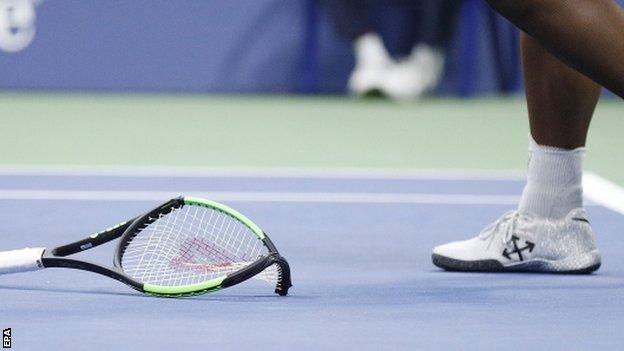 Serena Williams rompió su raqueta en medio de la furia.