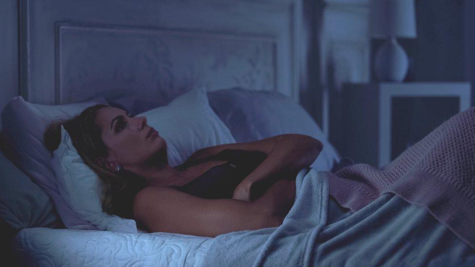 Una mujer en la cama con insomnio