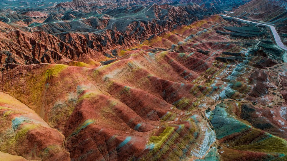 También hay montañas de colores en el Parque Nacional Geológico Zhangye Danxia, en China.
