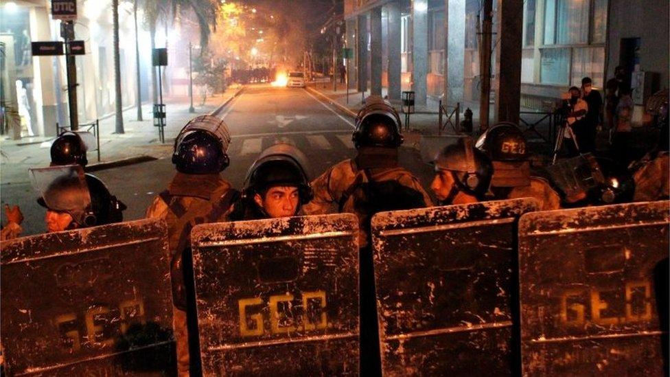 Agentes antidisturbios en Paraguay.