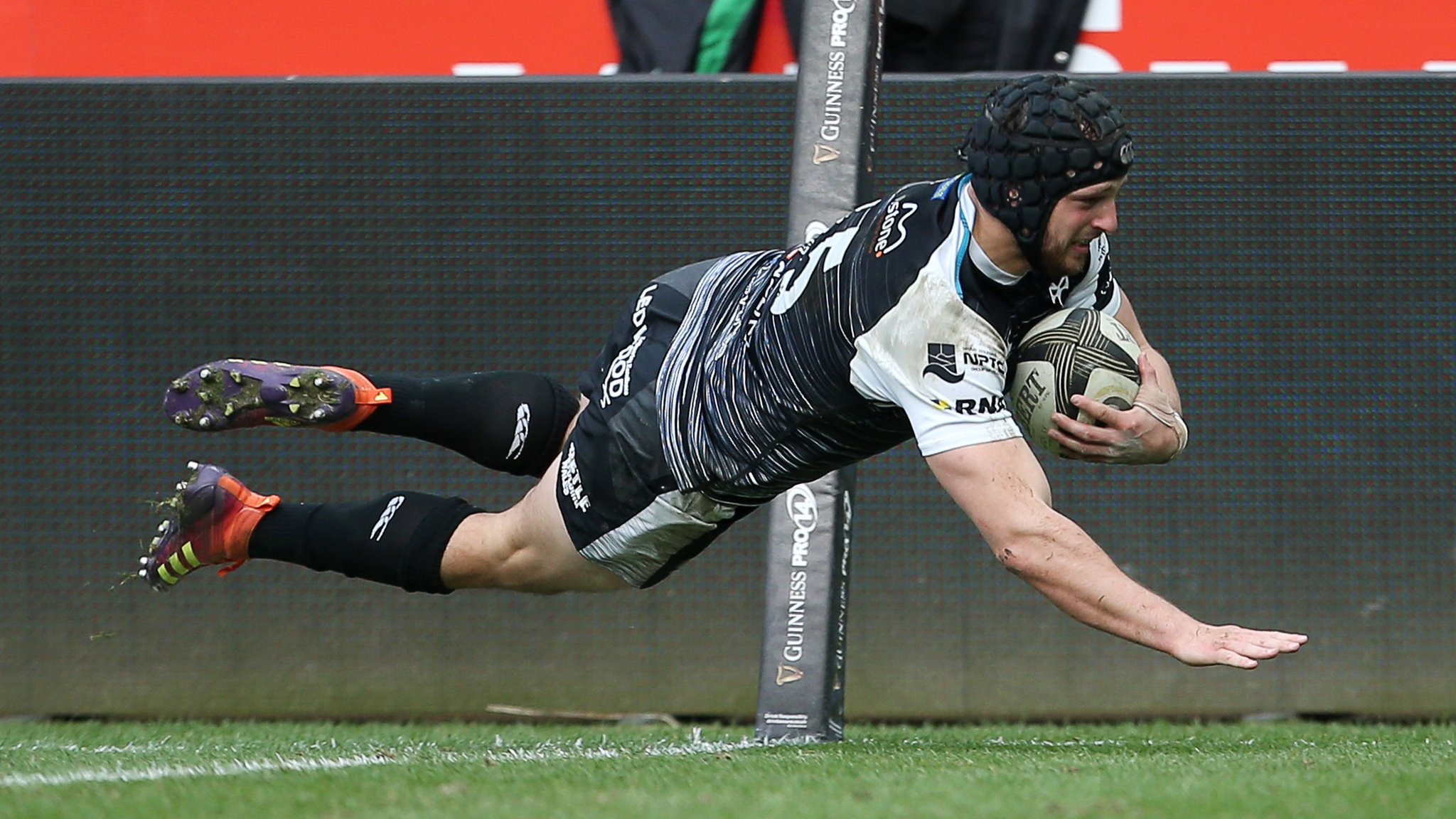 Four-try Evans inspires Ospreys to beat Dragons