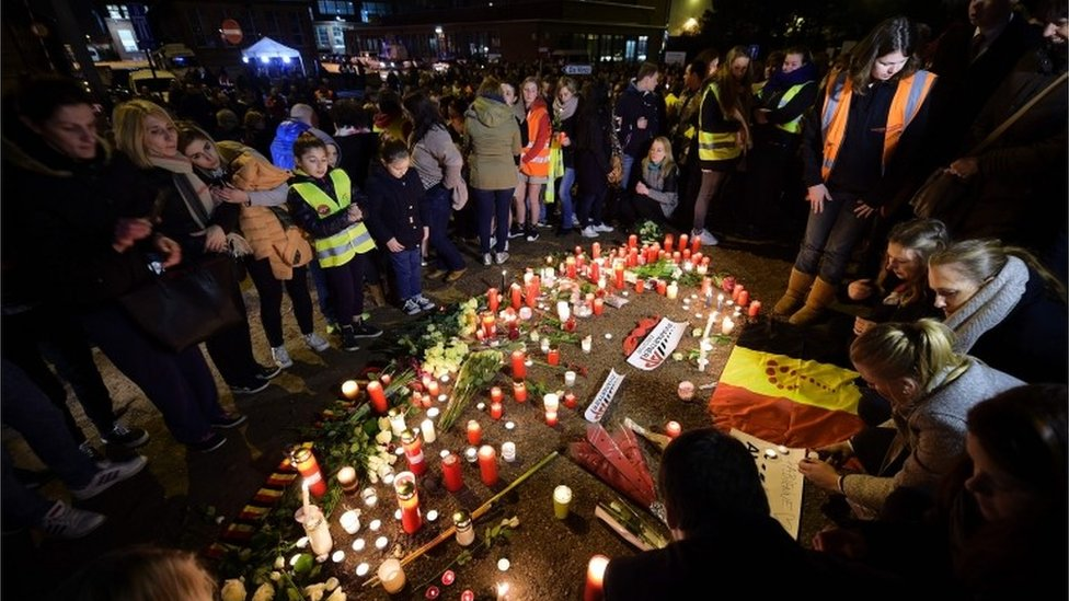 People gathered to pay tribute to the victims of the Brussels attacks on Wednesday night