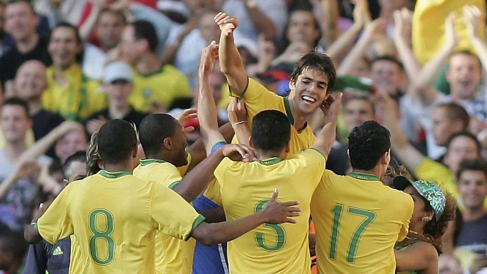 Kaká es felicitado por sus compañeros de la selección brasileña.
