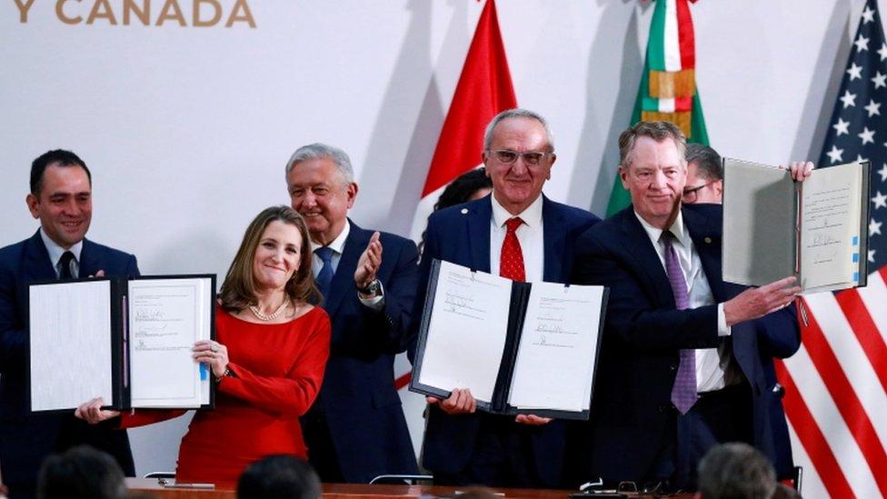 Los representantes de Canadá, México y Estados Unidos durante la firma del T-MEC.