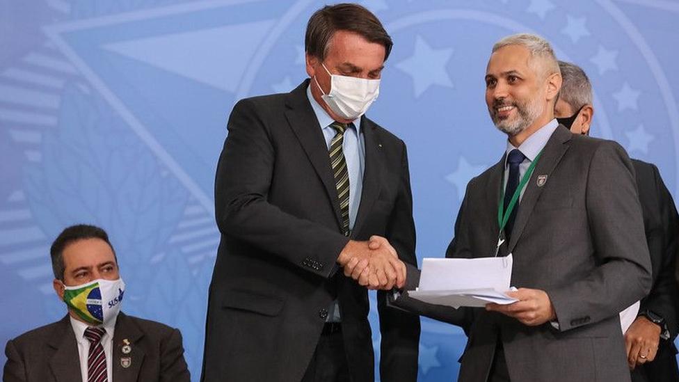 Bolsonaro e médico Luciano Azevedo apertam mãos