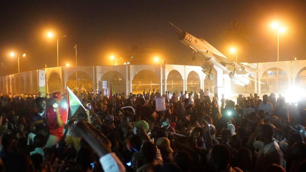 متظاهرون أمام مقر وزارة الدفاع السودانية في الخرطوم