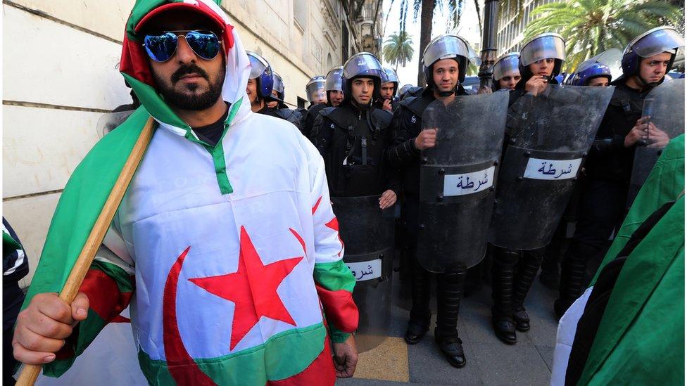 متظاهر أمام قوات الأمن