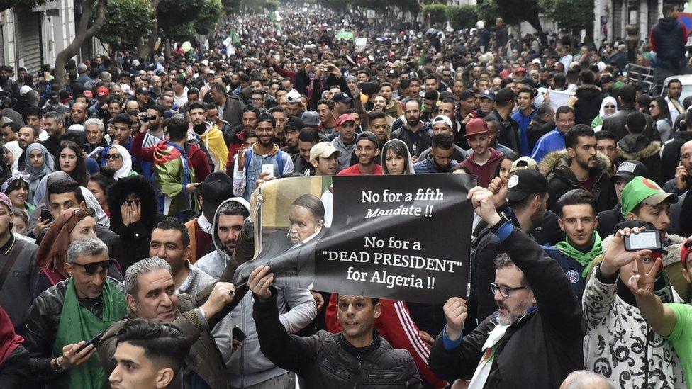 الجزائريون يتظاهرون ضد ترشح الرئيس عبد العزيز بوتفليقة لفترة رئاسية خامسة