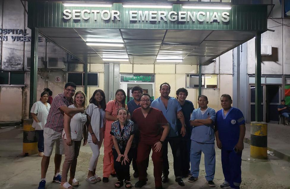 Daniel Gatica com parte da equipe de emergência do Hospital San Vicente de Paul