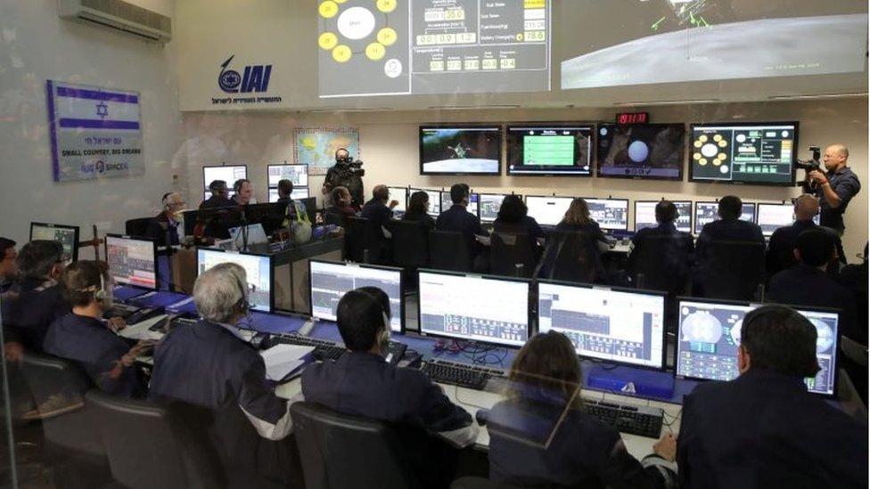 Controladores vigilan la misión