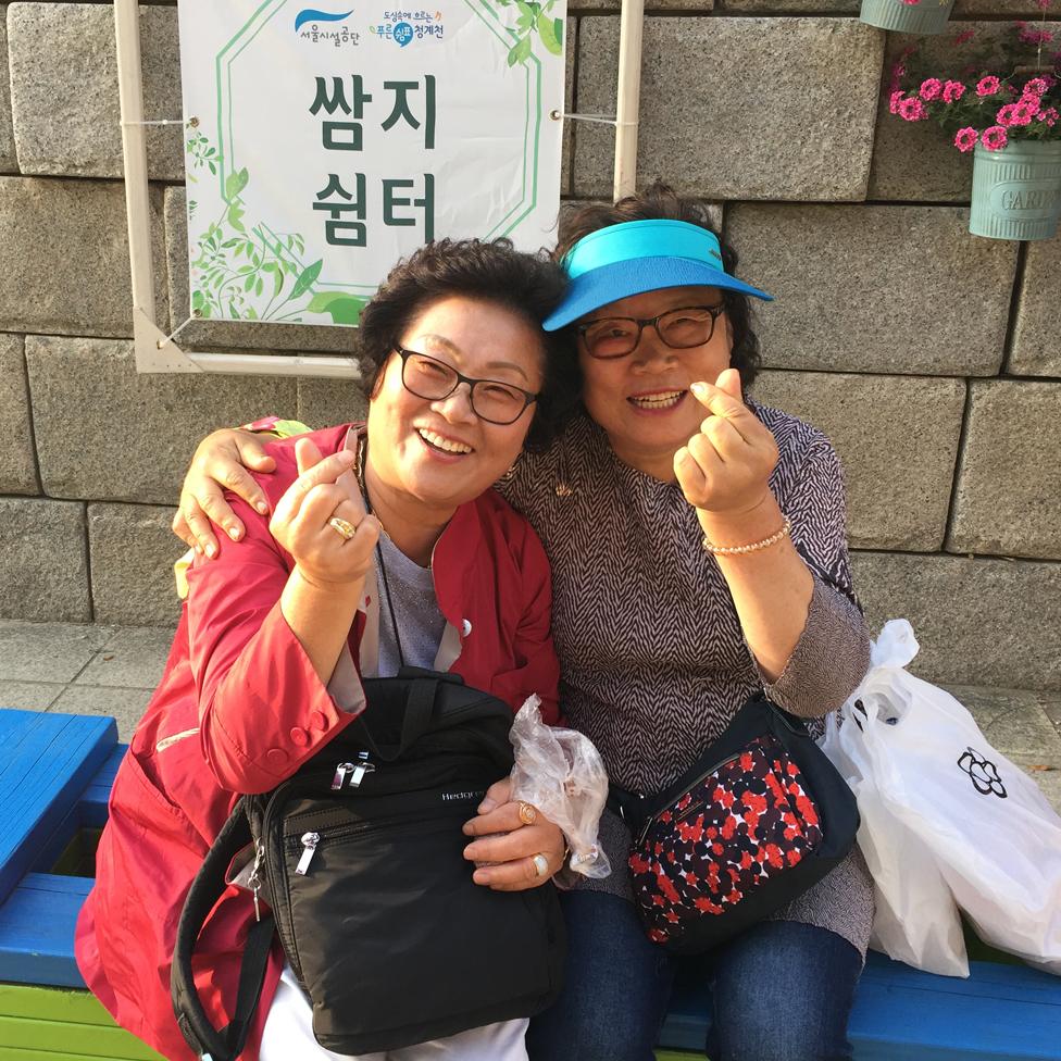 Parkta oturan iki kadın