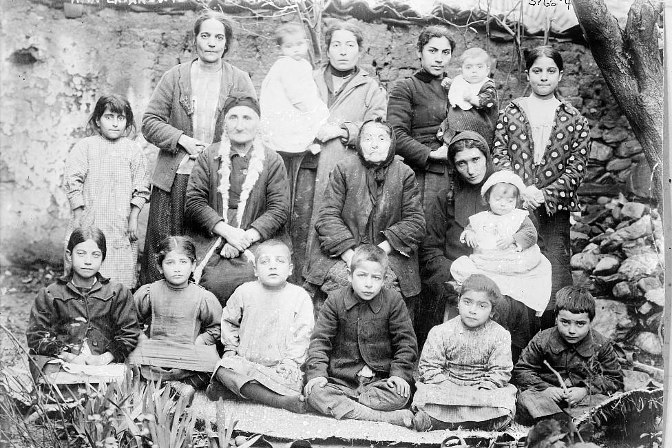 Mujeres viudas armenias cerca de 1915.