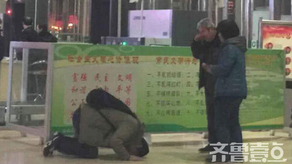 An image showing a man kowtowing to his elderly parents, as published in the Qilu Evening Post