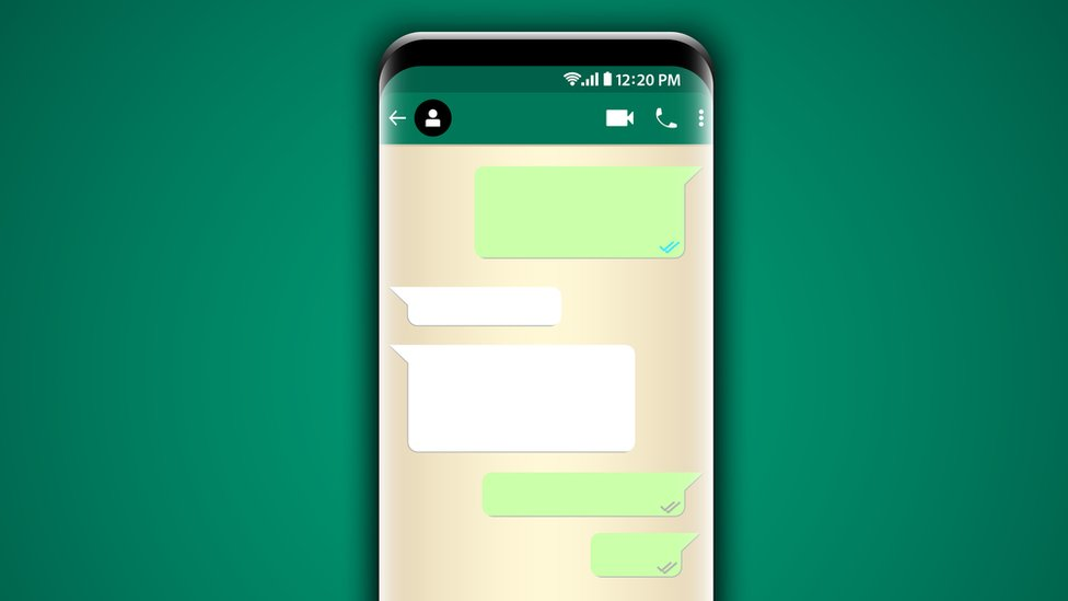 Pantalla de teléfono con mensajes en blanco.