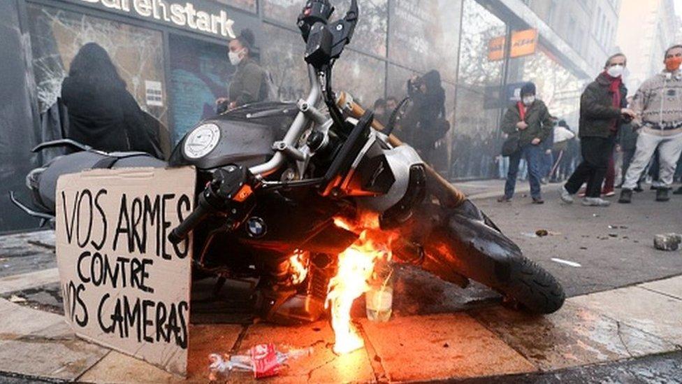 Париж: демонстрация против жестокости полиции вылилась в насилие и беспорядки