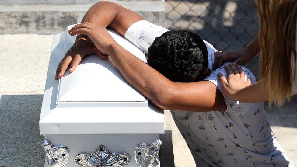 Un hombre llora sobre el ataúd de su hijo asesinado en Guadalajara, México.