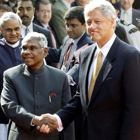 الرئيس الهندي السابق كوتشيريل رامان نارايانان والرئيس الأمريكي بيل كلينتون يتصافحان